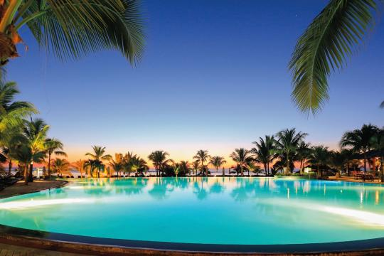 mumrulevic Victoria Beachcomber Resort & Spa Pool by Night
