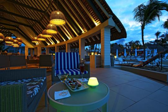 MUMRUAMBRE Ambre Resort & Spa Coral Bar by Night