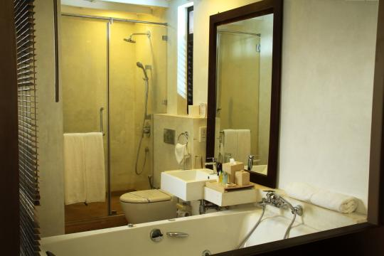 LKCMBGOLDI Goldi Sands Negombo Bathroom