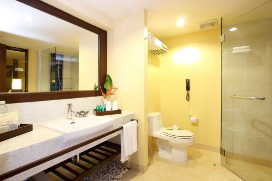 THHKTBRIZA The Briza Beach Resort Khao Lak Deluxe Bathroom 1