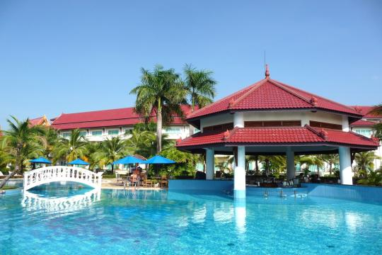 KHPNHSOKHA Sokha Beach Resort & Spa Pool Daytime
