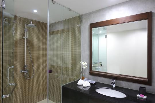 LKCMBAVANK Avani Kalutara Resort Superior Room Bathroom