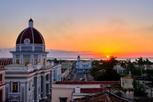 CU Kuba Cienfuegos - Sunset in the city