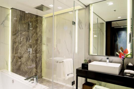 MMRGNWYNDH Wyndham Grand Hotel Superior King Bathroom Inside