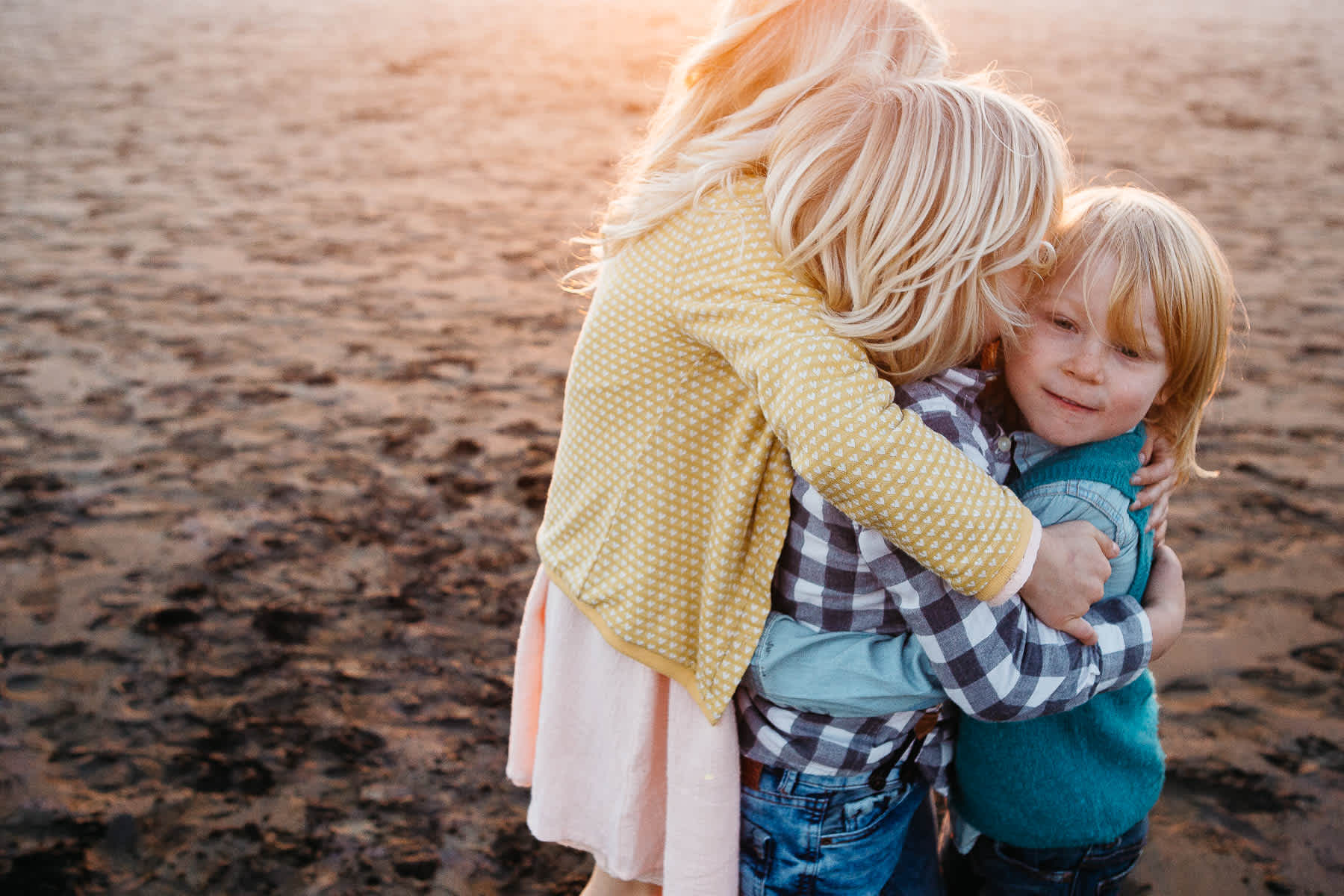 siblings-hugging-ocean-beach-family-session