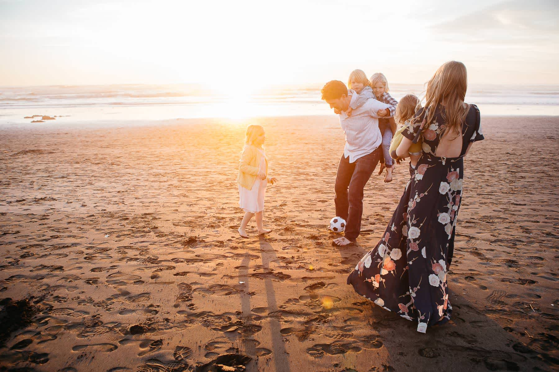 family-playing-at-ocean-beach-sf-lifestyle-photographer