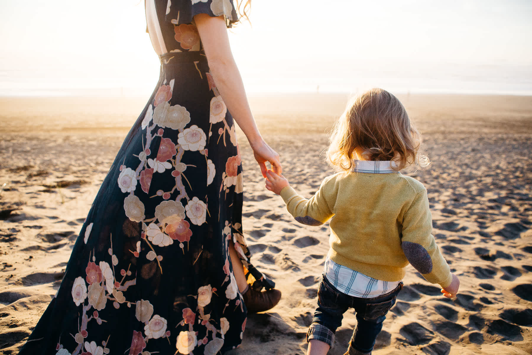holding-hands-lifestyle-session-ocean-beach-sf