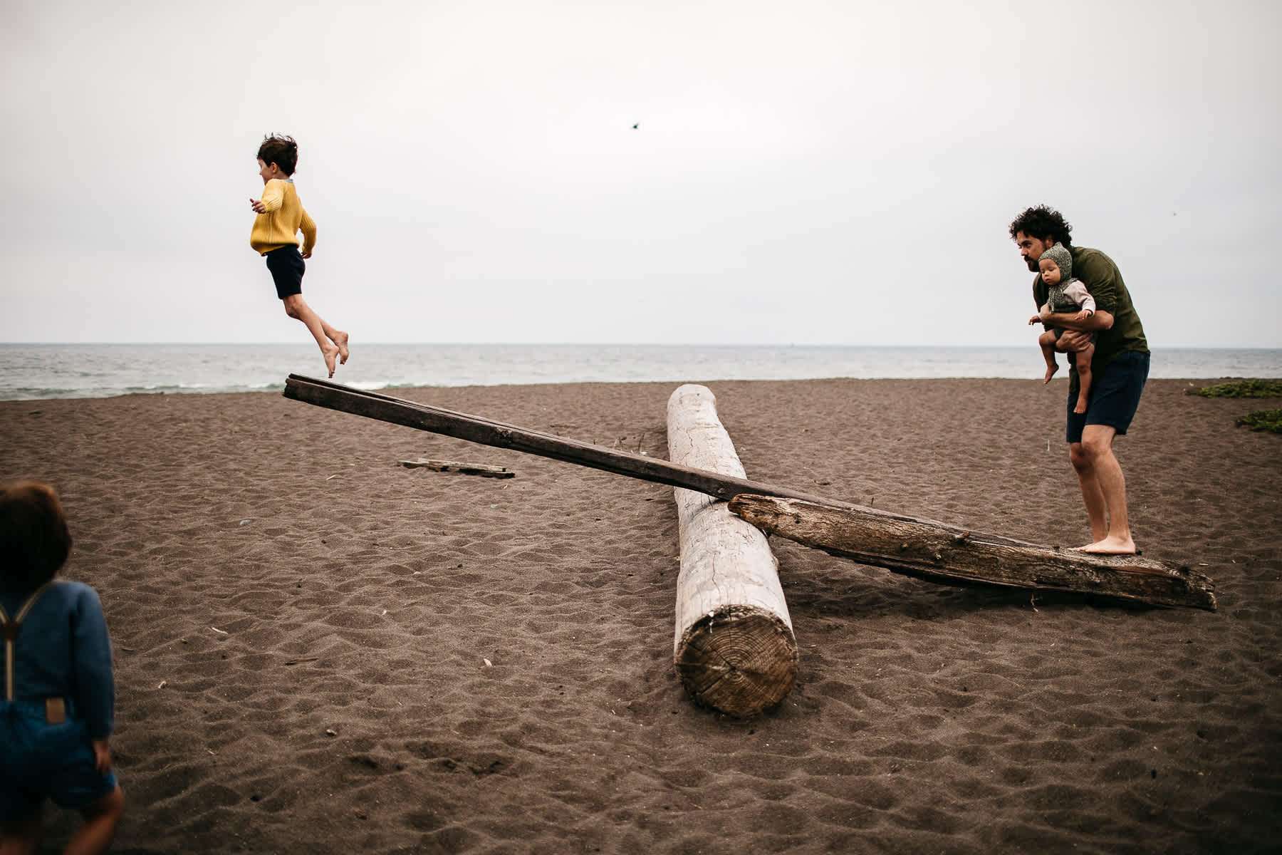 rode-beach-summer-gloomy-family-session-3