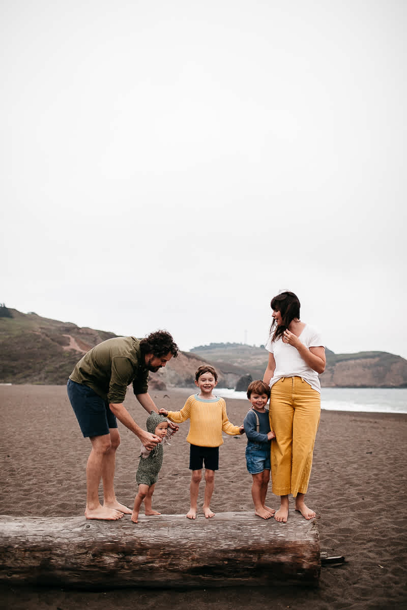 rode-beach-summer-gloomy-family-session-18