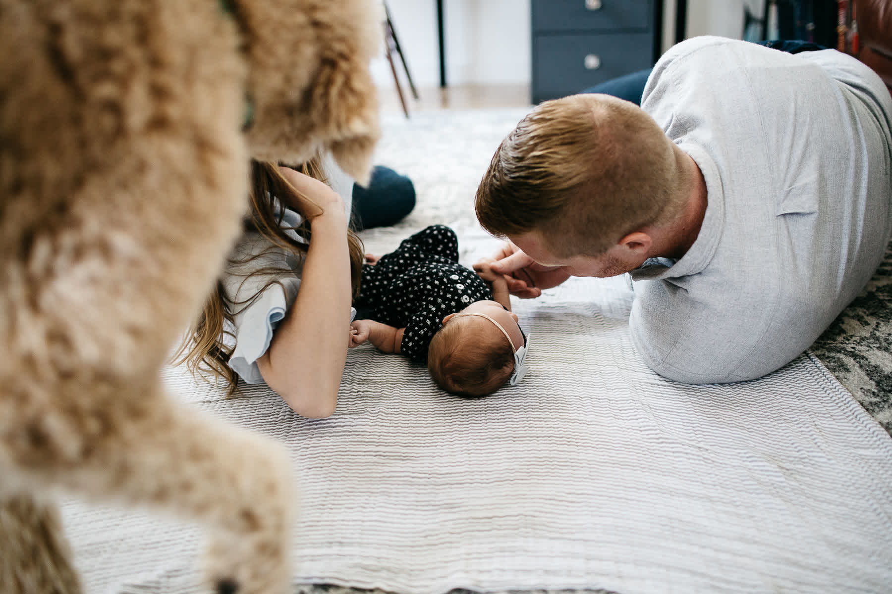 san-francisco-lifestyle-in-home-newborn-with-dog-22