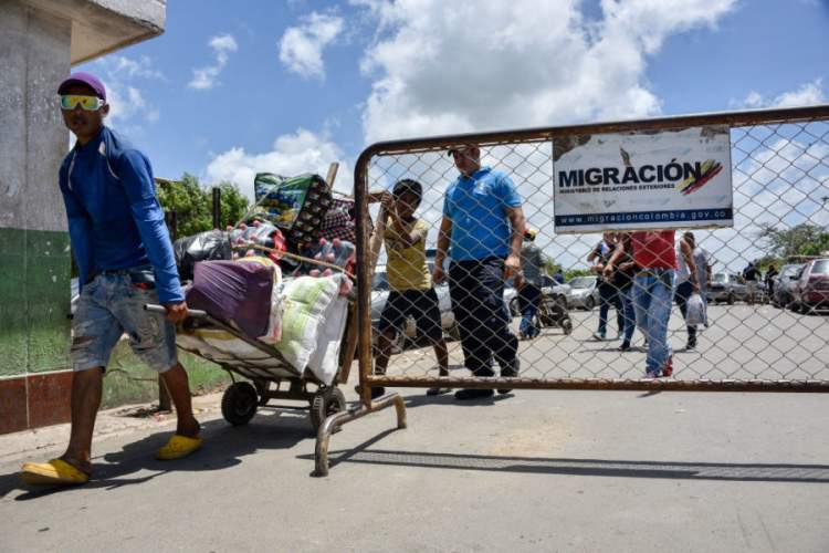 Venezuelan people cross the border between Colombia and Venezuela on June 09, 2019 in Paraguachon, Colombia.