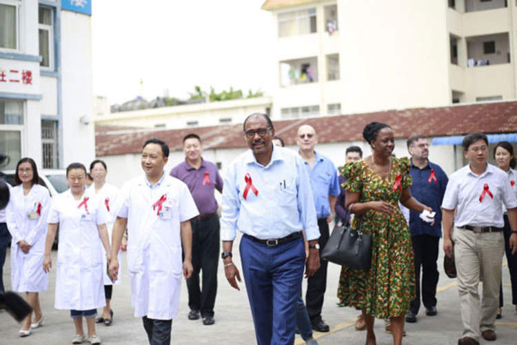 UNAIDS Executive Director Michel Sidibé at Ruili Hospital, Dehong, Yunnan, China (Credit: UNAIDS)