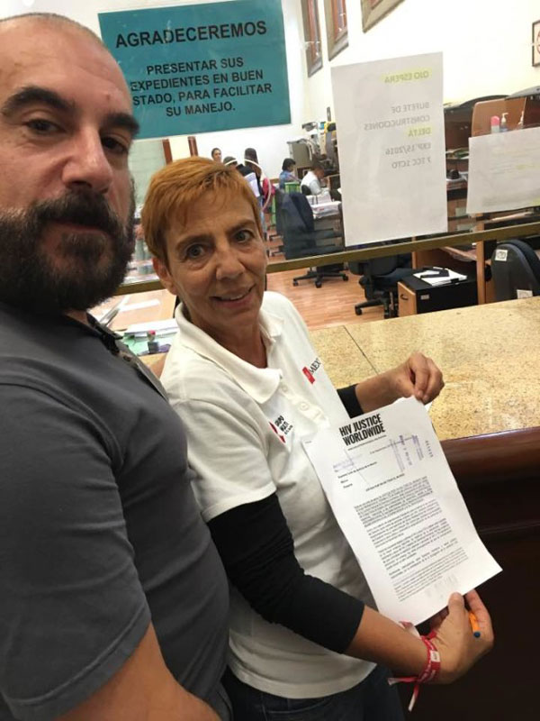 Edwin Bernard (HIV JUSTICE WORLDWIDE) and Patricia Ponce (Grupo Multisectorial Veracruz) presenting the letter to Supreme Court of the Nation, Mexico City (Courtesy of HIV Justice Network)