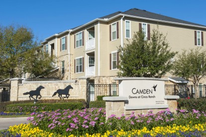 The front entrance of Camden Downs at Cinco Ranch