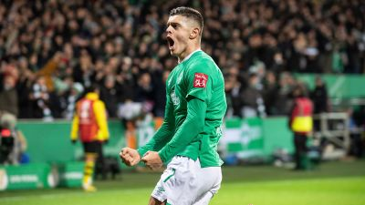 Milot Rashica celebrates scoring for Werder Bremen.