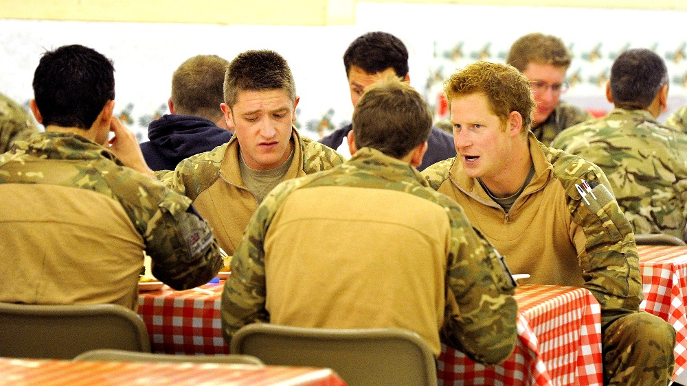 prince harry mucks in to army life in afghanistan itv news prince harry mucks in to army life in