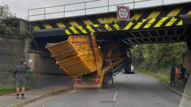 18-10-21- Skip lorry stuck under railway bridge in Cheltenham-BPM Media/Gloucestershire Live