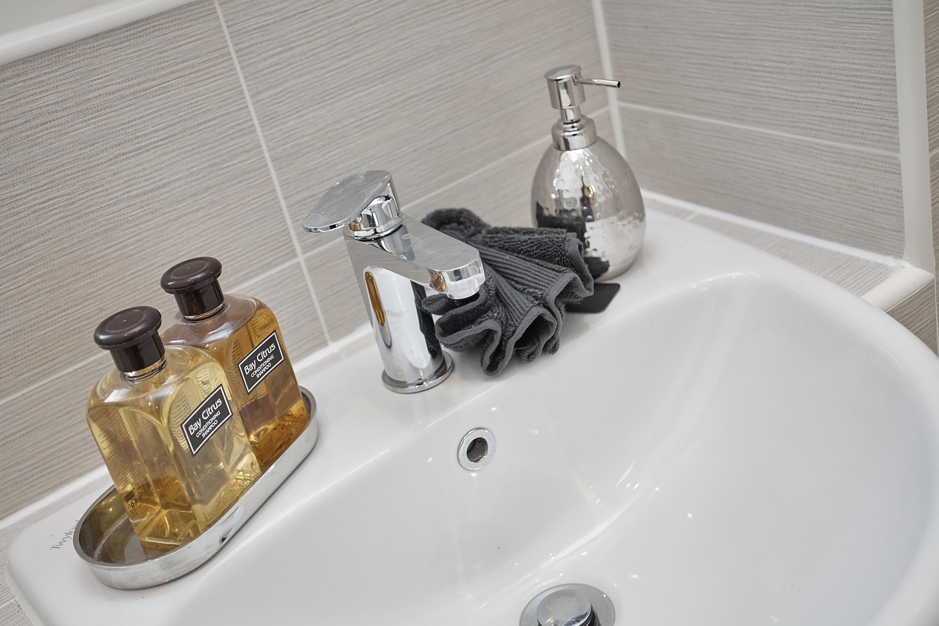 Meaux Rise > bathroom tiling