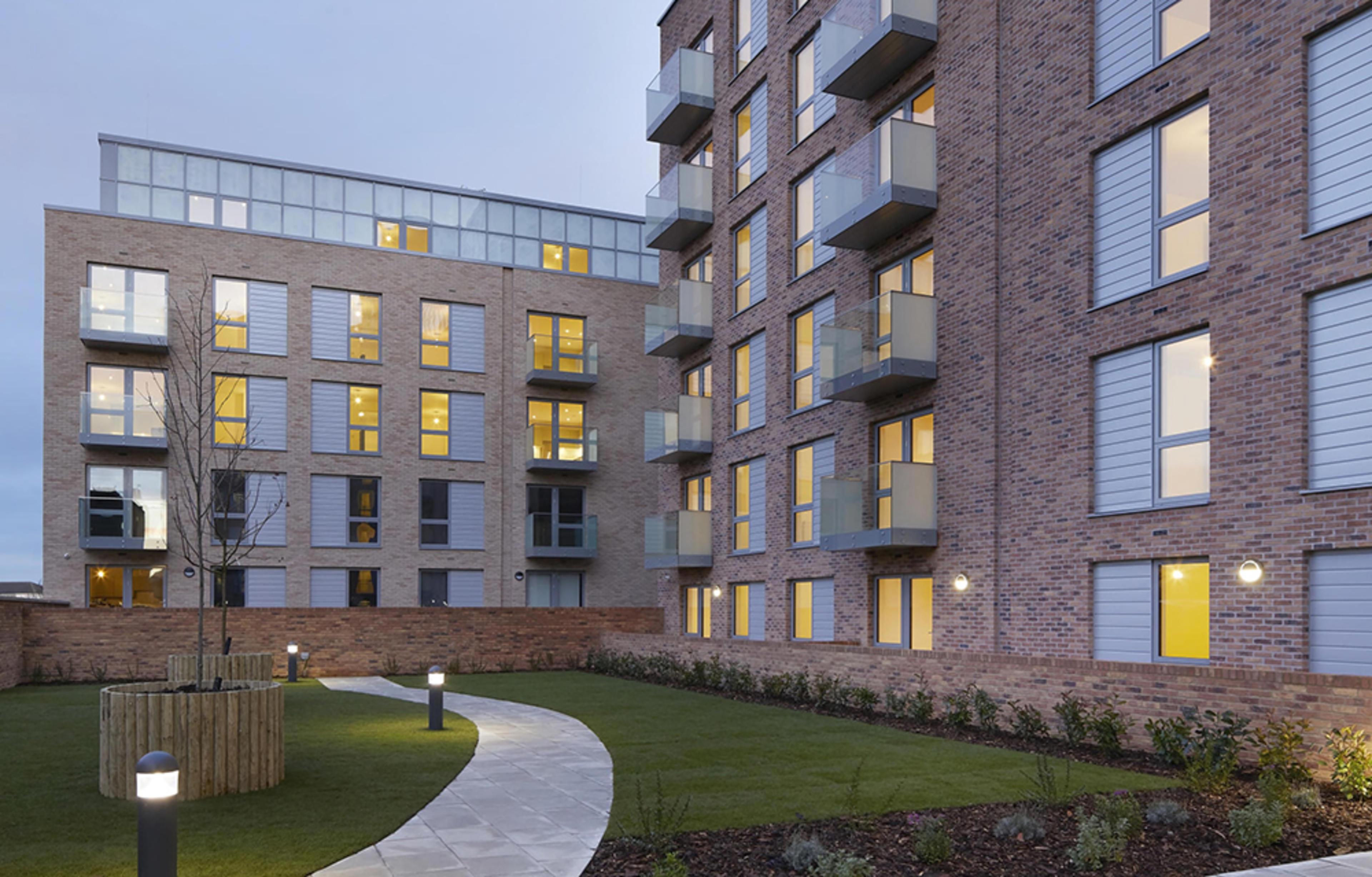 franklin-court-borehamwood-development-external-building-courtyard