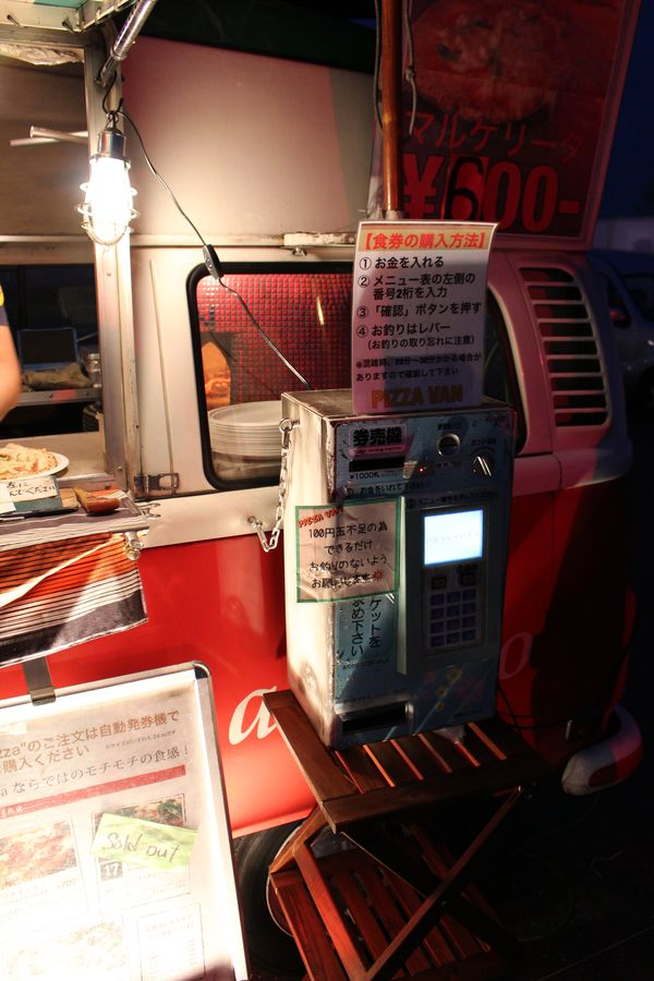 Impressive old Japanese innovations: a vending machine to handle the payment of pizza at Slush Asia. The pizza baker did not have to hassle with payments at all.​