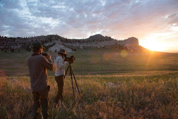 When the tiniest details matter – the 115-mm objective module, Nebraska, man and woman observing nature, while sundown, with the SWAROVSKI OPTIK ATX eyepiece module and 115-mm objective module