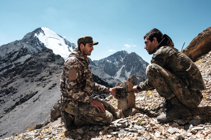 Swarovski Optik New perspectives – Tajikistan two men sitting on a rocky surface nature conservation