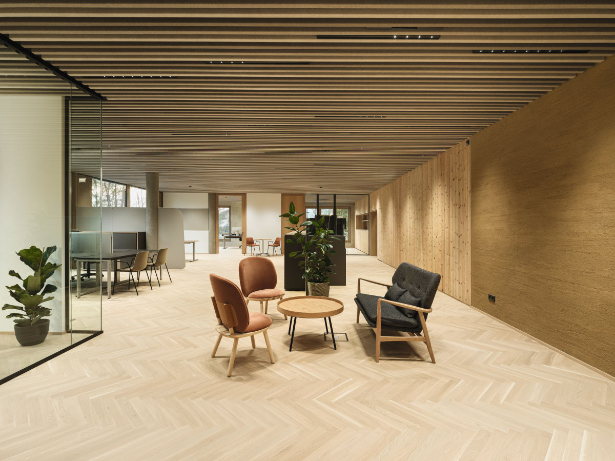 The interior design of the new SWAROSVKI OPTIK office building impresses with natural materials and clear shapes