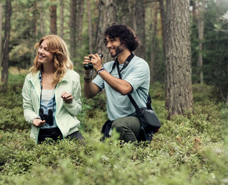 CL Companion 2017 couple in forest with binoculars ID 1040408 ZUGESCHNITTEN