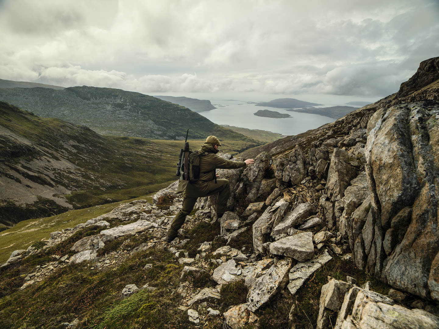 Swarovski Optik dS Isle of Mull – the ultimate challenge for hunters man climbing