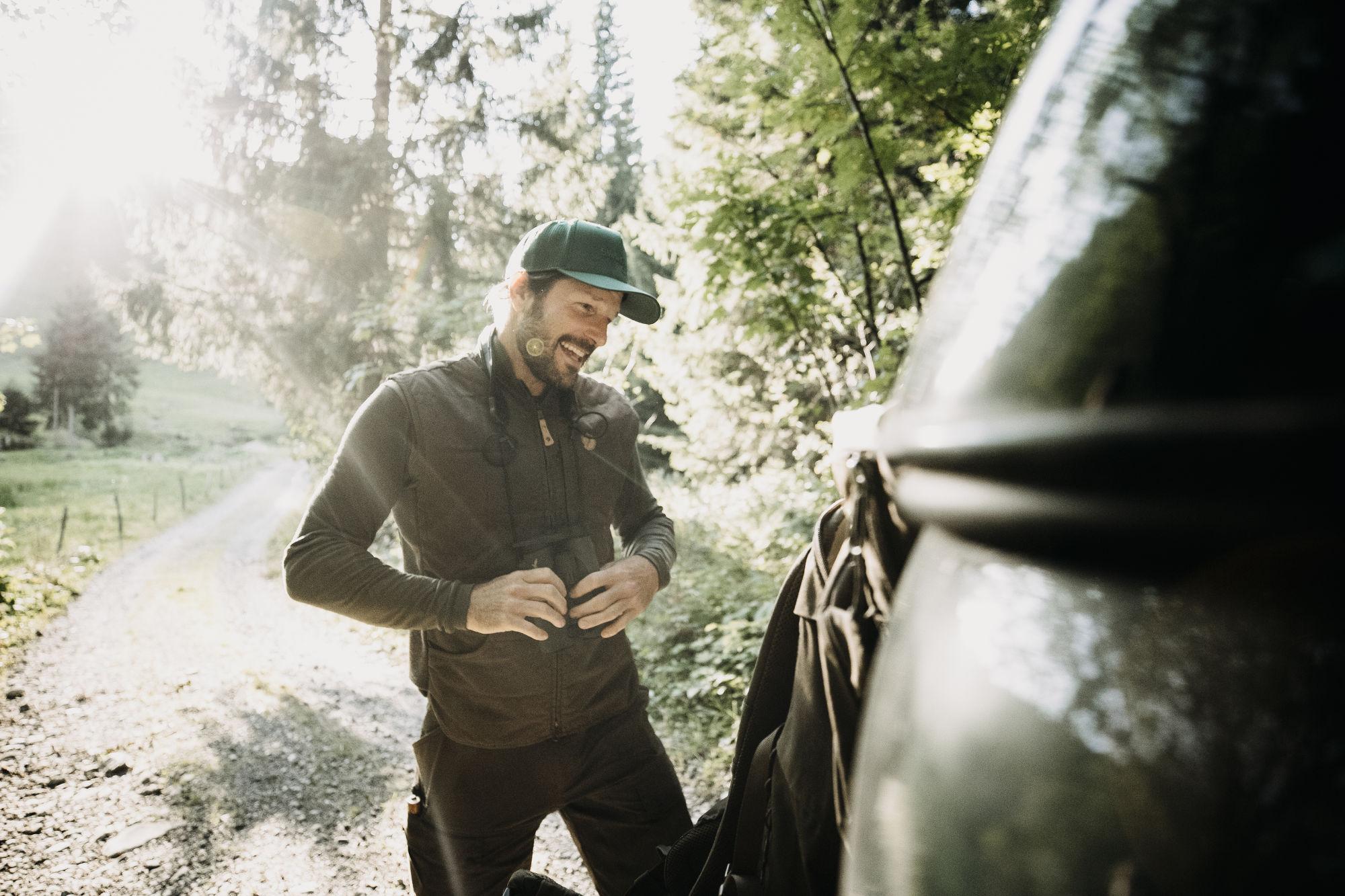 Leading a life as close to nature as possible – hunter and chef Markus Sämmer with SWAROVSKI OPTIK EL 10x42 binoculars (c)www.studio-steve.de