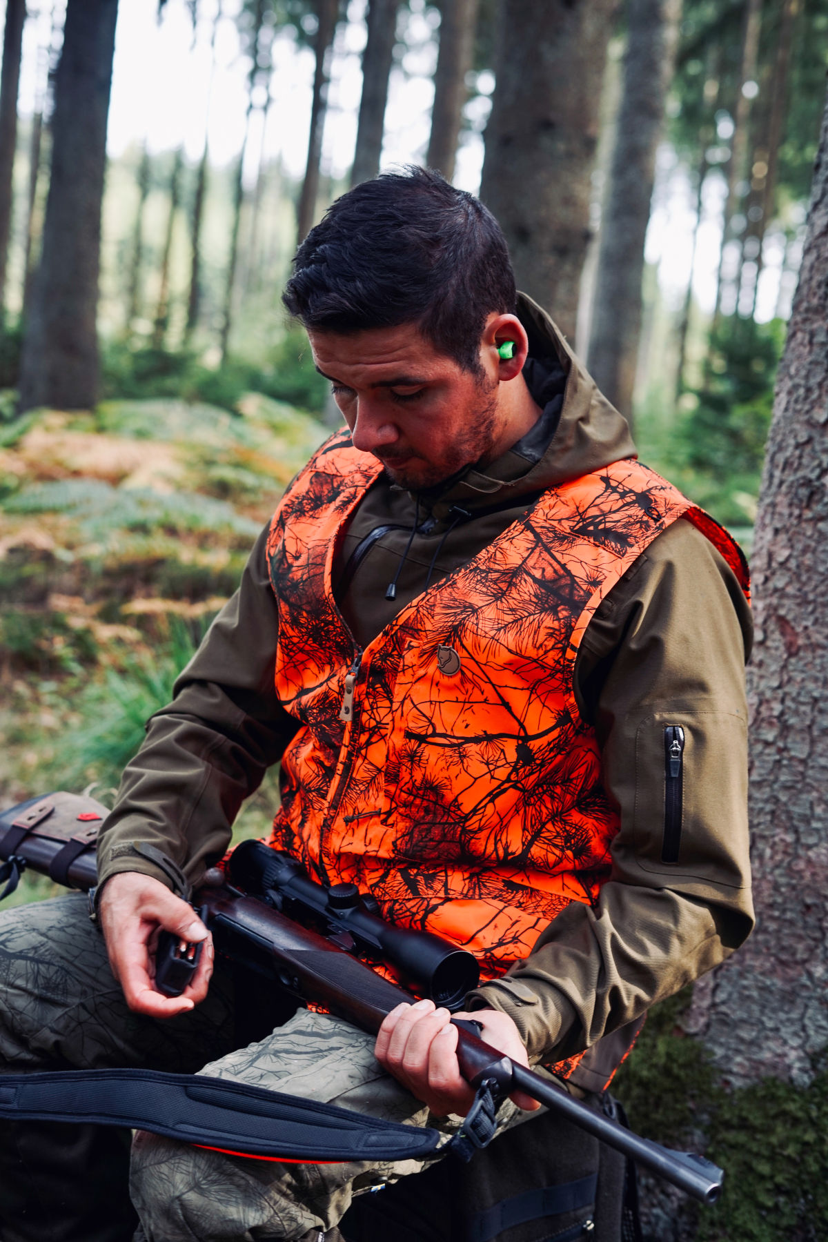 Join  us on a driven hunt in Belgium H/ - Dimitri Hullebroek checking his rifle, adjusting his scope (the Z8i 2-16x50 P SR)