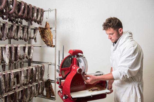 Nemrod - Edourd cutting meat