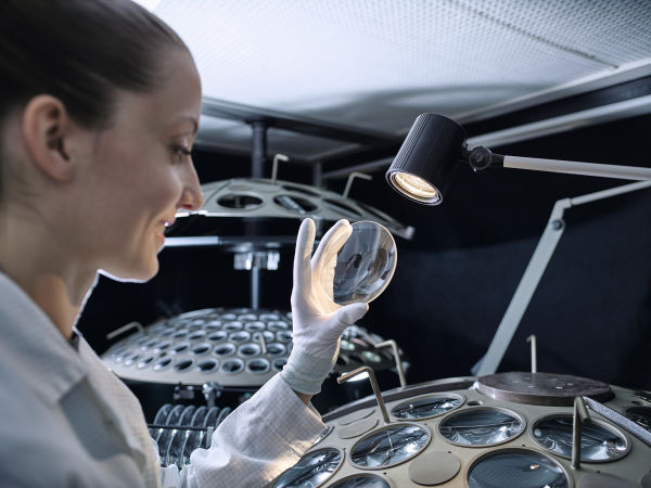 Quality control of spotting scope lenses in the production of SWAROVSKI OPTIK in Absam, Tyrol