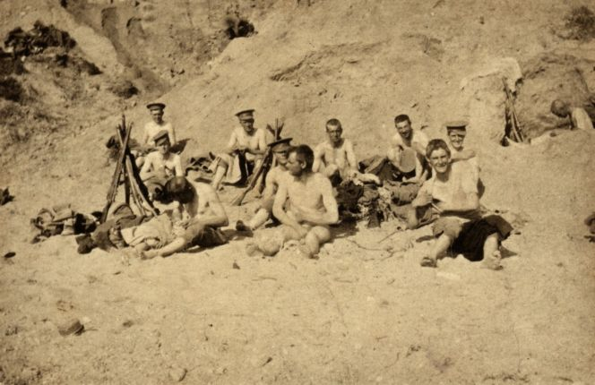 Signallers searching for lice on Gallipoli, Turkey, 1915.