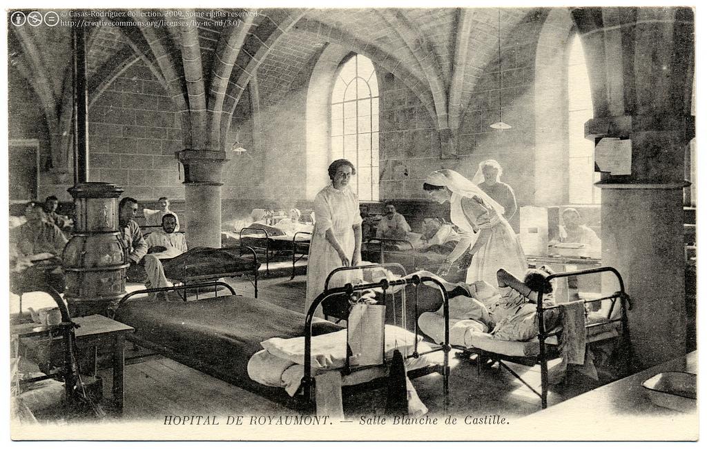 Vintage photographic postcard of nurses and paitents at Hôpital de Royaumont - Salle Blanche de Castille, circa 1915.