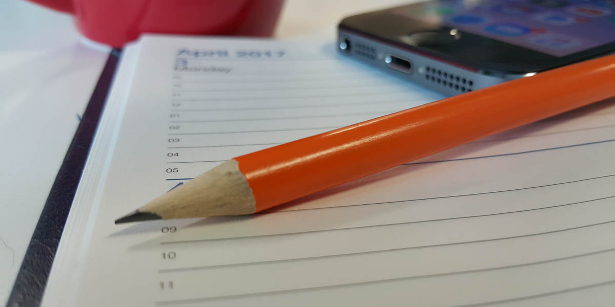 Calendar with pencil to enter dates to order or return your school loan.