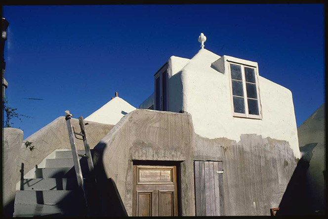 Bach with curved walls, white plaster and a brilliant blue sky.