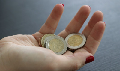 N26 how to save money in college and university a hand holding Euro coins Photo by Mein Deal
