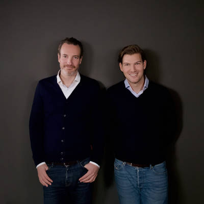N26 founders Maximilian Tayenthal and Valentin Stalf posing for the camera.