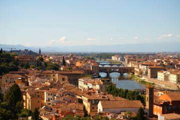 Panorama of the city of Florence and the Arno river.