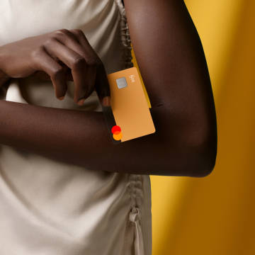 Person holding an N26 Sand You card in their hand.