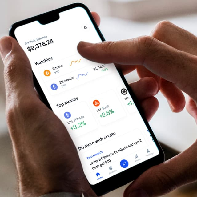 Image de mains utilisant l'application mobile Coinbase