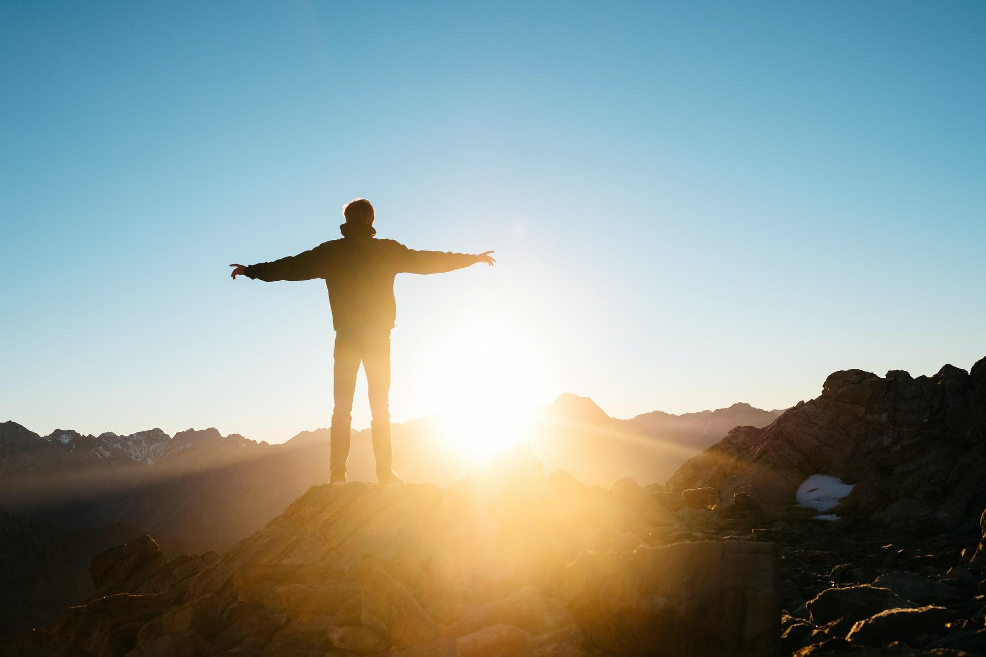 En man står på en bergstopp och välkomnar soluppgången med öppna armar. Med Tele2 Företag kan du jaga efter dina drömmar i både Sverige och utomlands. Nu ingår även 5G i alla våra abonnemang.