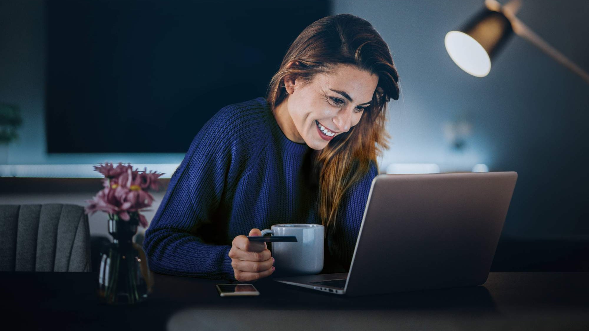 Kvinna sitter med en laptop