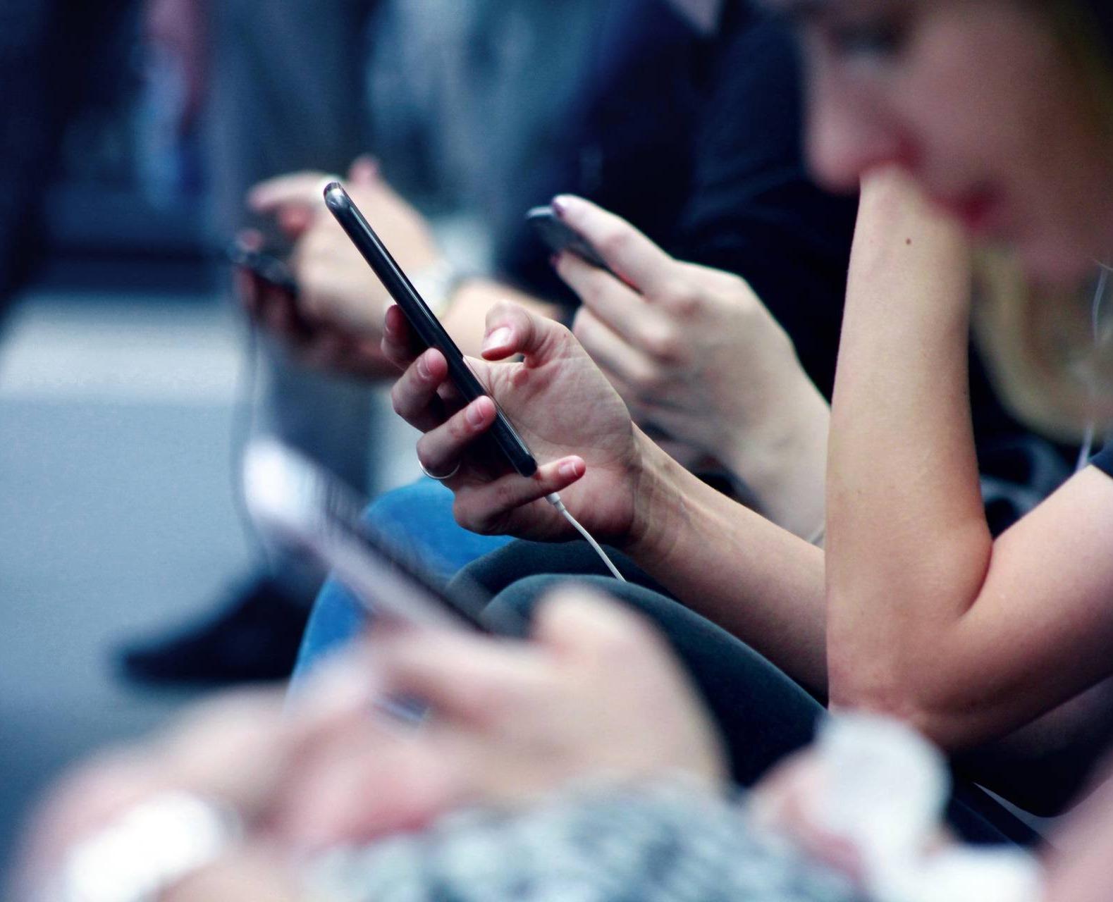 Människor med mobiler Tele2 Företag puff