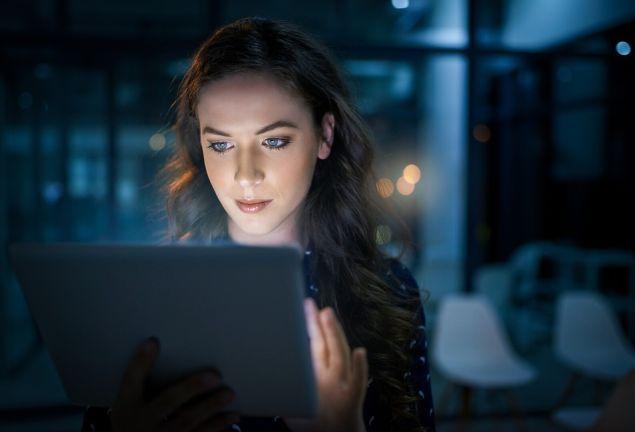 Ung kvinna med dator Tele2 Företag puff