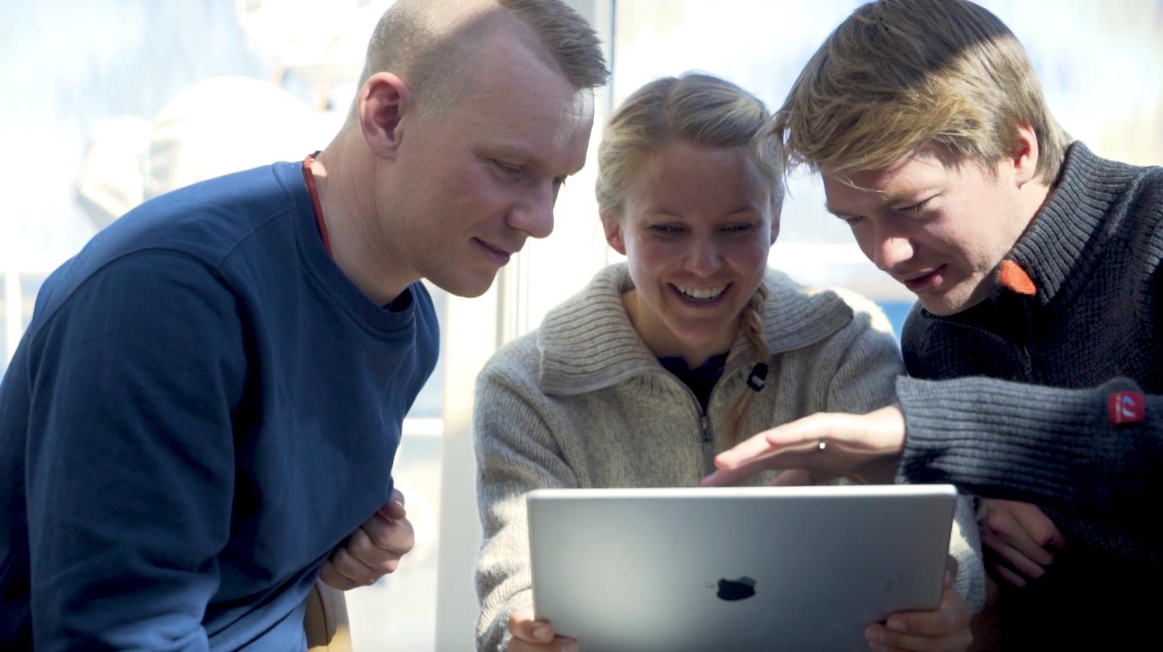 teamet fra Blueye ser på en video tatt med undervannsdronen