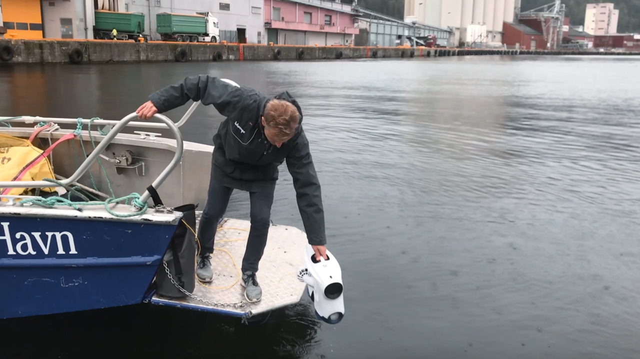Knut from Blueye deploying the underwater drone