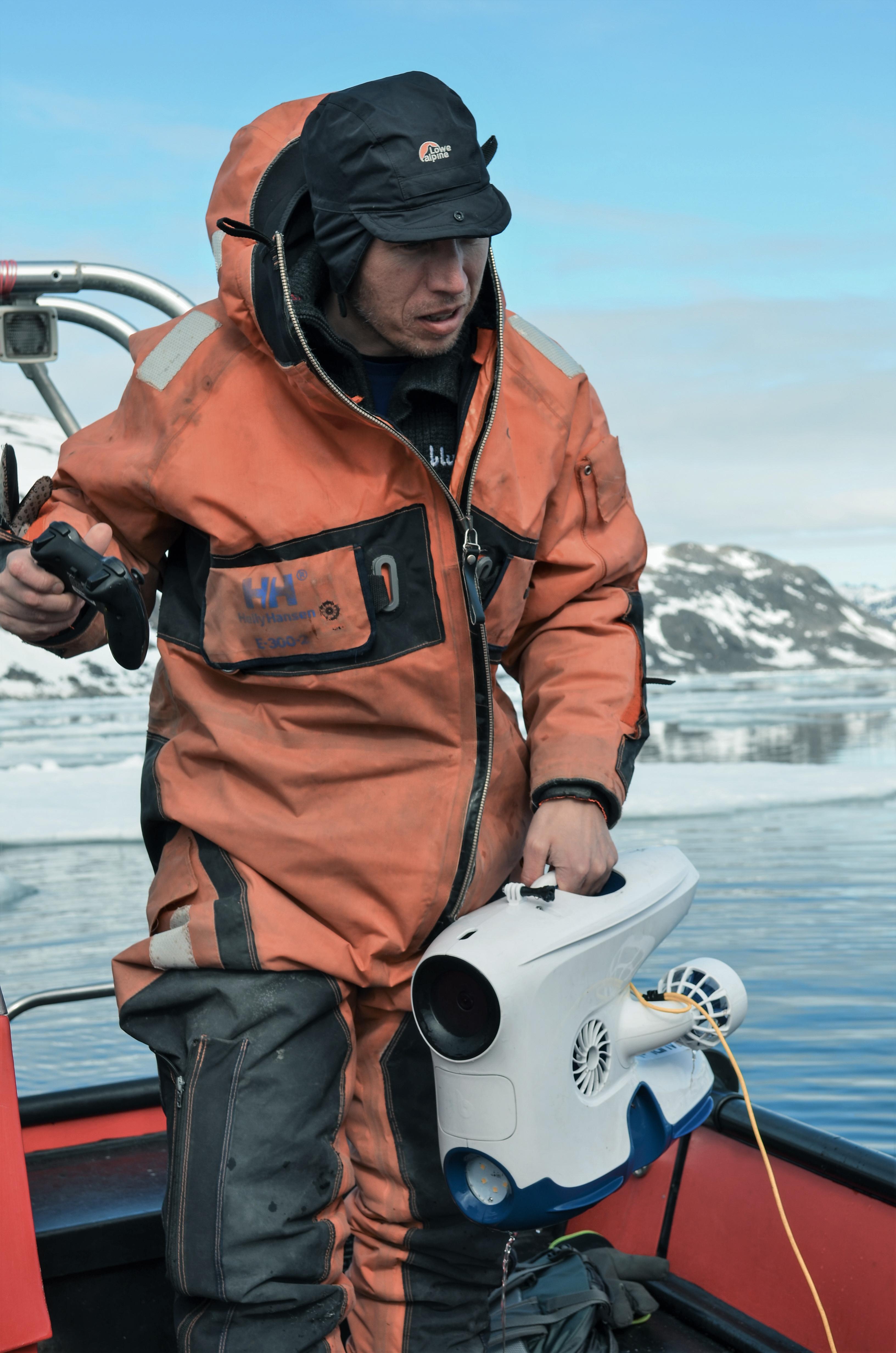 Martin Ludvigsen holder i en Blueye Pioneer undervannsdrone
