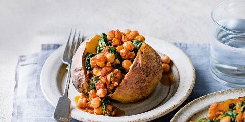 Baked potatoes with spicy chickpeas
